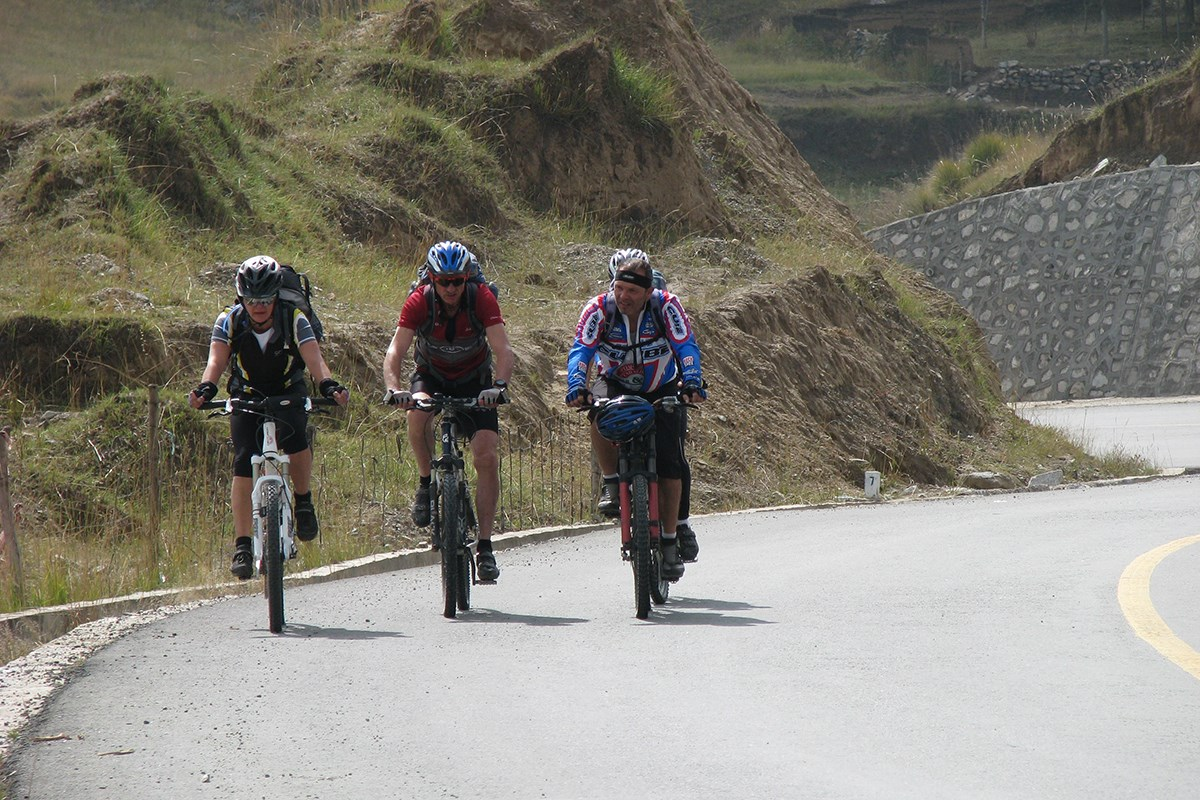 Bike Tour to Amnye Machen | Photo by Ping Pai
